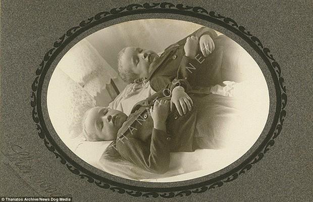 Những bức ảnh em bé nằm nhắm mắt trông vô cùng yên bình nhưng đằng sau đó là những câu chuyện rùng rợn không ai ngờ - Ảnh 11.