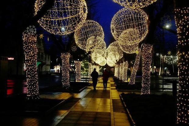 Thế giới rực sáng đón Giáng sinh sau một năm ảm đạm vì COVID-19 - Ảnh 9.