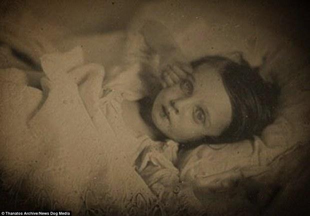 Những bức ảnh em bé nằm nhắm mắt trông vô cùng yên bình nhưng đằng sau đó là những câu chuyện rùng rợn không ai ngờ - Ảnh 1.