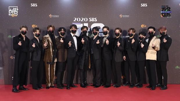 Thảm đỏ SBS Gayo Daejun 2020: aespa tiếp tục là thảm họa thời trang, RM (BTS) diện đồ thùng thình như... mượn của bố - Ảnh 26.