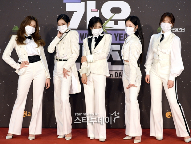 Thảm đỏ SBS Gayo Daejun 2020: aespa tiếp tục là thảm họa thời trang, RM (BTS) diện đồ thùng thình như... mượn của bố - Ảnh 23.