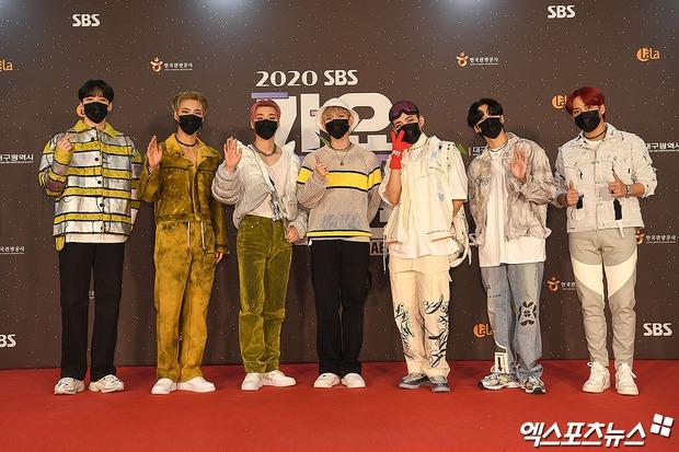 Thảm đỏ SBS Gayo Daejun 2020: aespa tiếp tục là thảm họa thời trang, RM (BTS) diện đồ thùng thình như... mượn của bố - Ảnh 35.