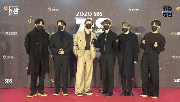 Thảm đỏ SBS Gayo Daejun 2020: aespa tiếp tục là thảm họa thời trang, RM (BTS) diện đồ thùng thình như... mượn của bố - Ảnh 3.