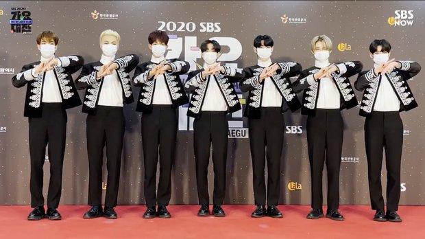 Thảm đỏ SBS Gayo Daejun 2020: aespa tiếp tục là thảm họa thời trang, RM (BTS) diện đồ thùng thình như... mượn của bố - Ảnh 32.