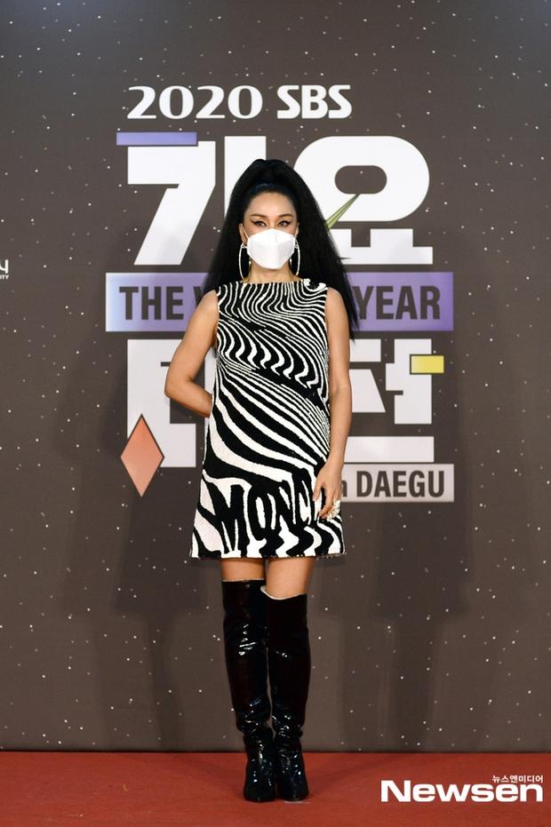 Thảm đỏ SBS Gayo Daejun 2020: aespa tiếp tục là thảm họa thời trang, RM (BTS) diện đồ thùng thình như... mượn của bố - Ảnh 14.