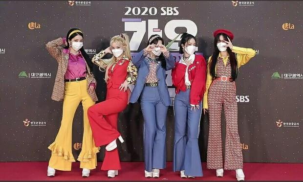 Thảm đỏ SBS Gayo Daejun 2020: aespa tiếp tục là thảm họa thời trang, RM (BTS) diện đồ thùng thình như... mượn của bố - Ảnh 8.
