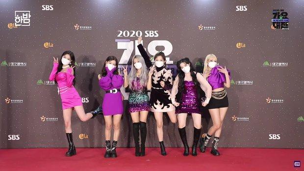 Thảm đỏ SBS Gayo Daejun 2020: aespa tiếp tục là thảm họa thời trang, RM (BTS) diện đồ thùng thình như... mượn của bố - Ảnh 10.