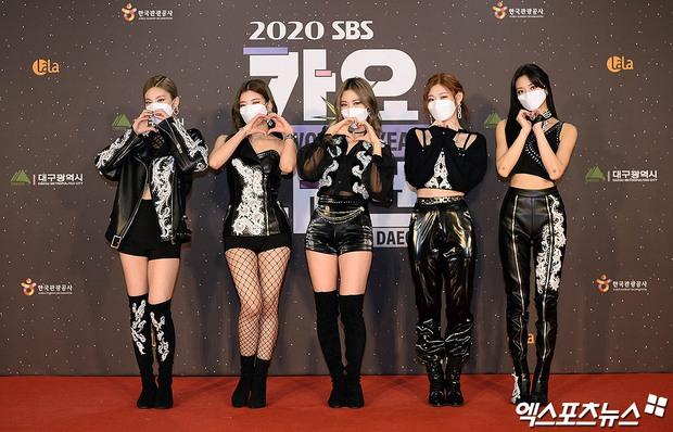 Thảm đỏ SBS Gayo Daejun 2020: aespa tiếp tục là thảm họa thời trang, RM (BTS) diện đồ thùng thình như... mượn của bố - Ảnh 16.