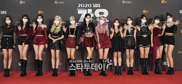 Thảm đỏ SBS Gayo Daejun 2020: aespa tiếp tục là thảm họa thời trang, RM (BTS) diện đồ thùng thình như... mượn của bố - Ảnh 18.