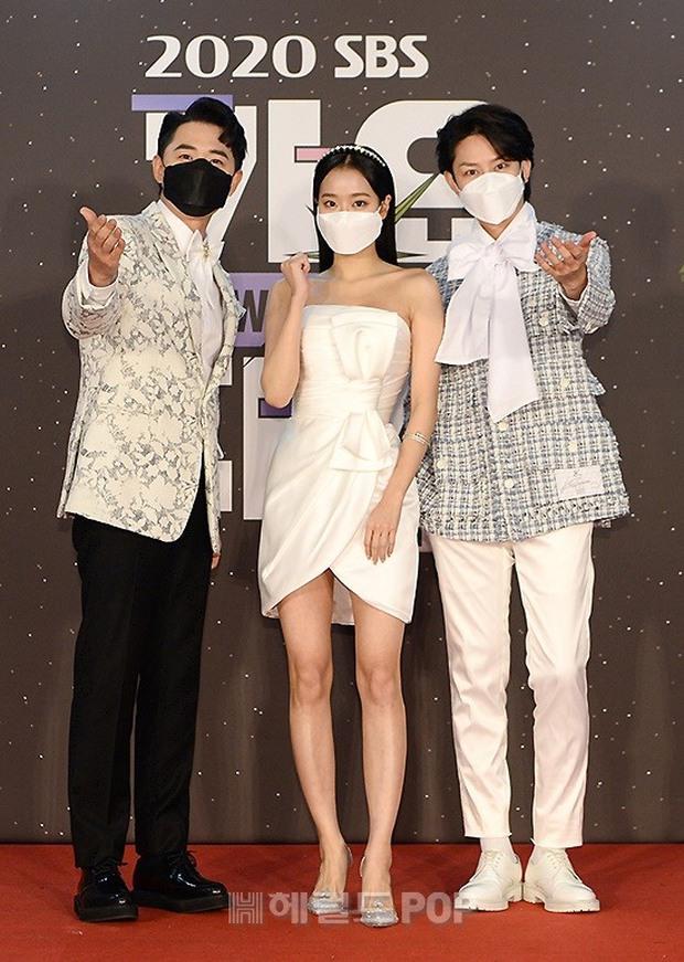 Thảm đỏ SBS Gayo Daejun 2020: aespa tiếp tục là thảm họa thời trang, RM (BTS) diện đồ thùng thình như... mượn của bố - Ảnh 15.