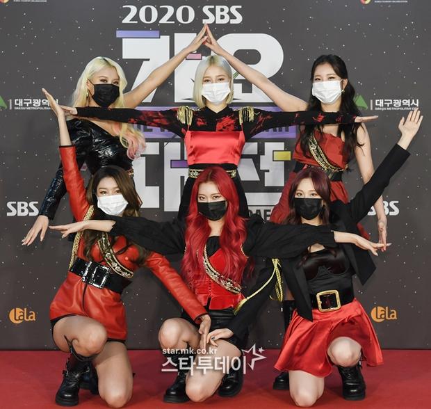 Thảm đỏ SBS Gayo Daejun 2020: aespa tiếp tục là thảm họa thời trang, RM (BTS) diện đồ thùng thình như... mượn của bố - Ảnh 11.