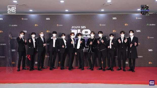 Thảm đỏ SBS Gayo Daejun 2020: aespa tiếp tục là thảm họa thời trang, RM (BTS) diện đồ thùng thình như... mượn của bố - Ảnh 28.