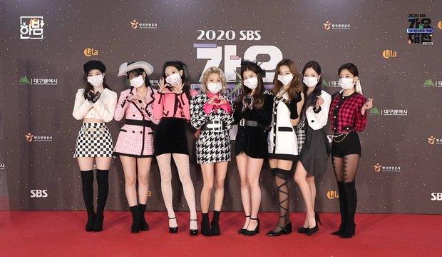 Thảm đỏ SBS Gayo Daejun 2020: aespa tiếp tục là thảm họa thời trang, RM (BTS) diện đồ thùng thình như... mượn của bố - Ảnh 7.
