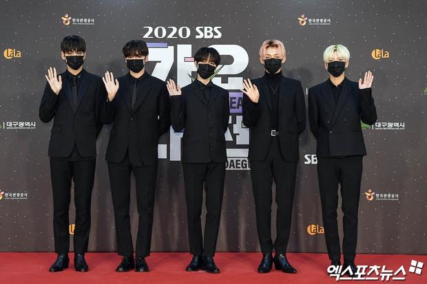 Thảm đỏ SBS Gayo Daejun 2020: aespa tiếp tục là thảm họa thời trang, RM (BTS) diện đồ thùng thình như... mượn của bố - Ảnh 31.