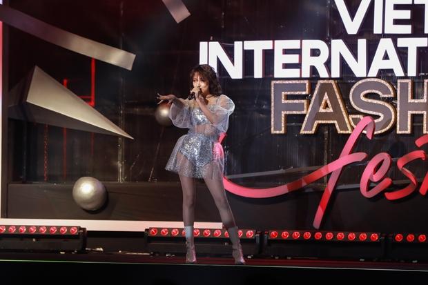 Đêm diễn đầu tiên của VIFF: Tiểu Vy mở màn, Hoa hậu Phương Khánh làm vedette, hot hit còn có dàn giai 6 múi lực lưỡng - Ảnh 5.