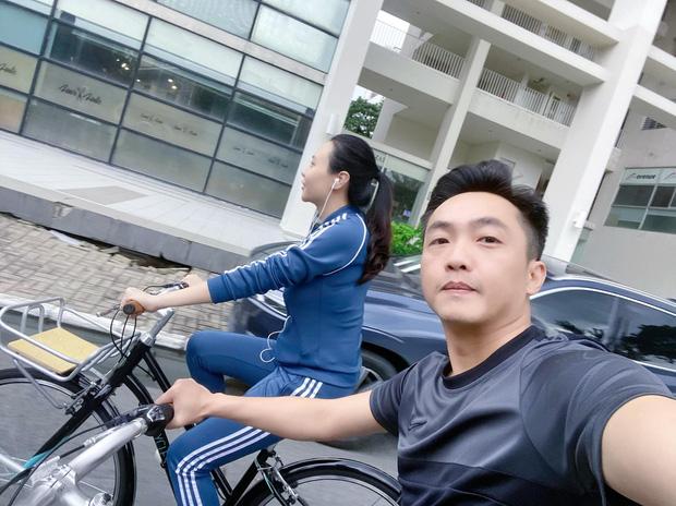 Dở khóc dở cười Cường Đô La - Đàm Thu Trang trốn con hẹn hò: Tưởng lãng mạn ai dè vợ đi ô tô chiếu đèn cho chồng... đạp xe - Ảnh 3.