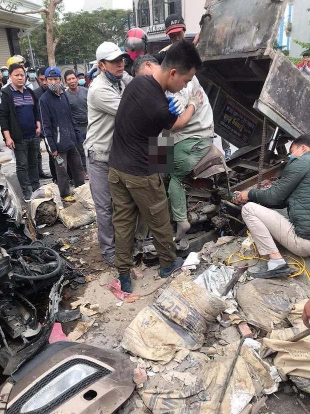 Hà Nội: Xe ba gác va chạm trực diện với ô tô, một người dập nát đôi chân - Ảnh 2.