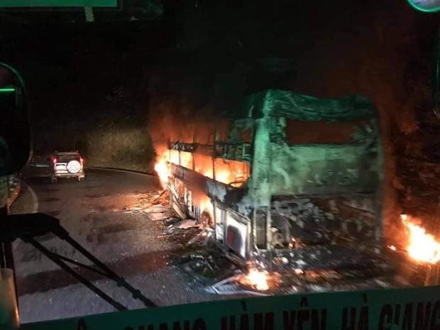 Điện Biên: Xe khách giường nằm cháy rụi hoàn toàn, 6 người may mắn thoát nạn  - Ảnh 1.