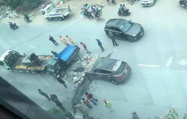 Hà Nội: Xe ba gác va chạm trực diện với ô tô, một người dập nát đôi chân - Ảnh 1.