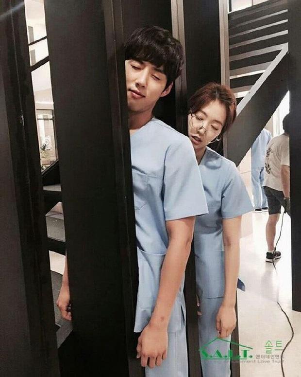 Những màn hội ngộ thập kỷ của Kbiz: Gong Yoo - Yoon Eun Hye đỏ mặt kể lại cảnh nóng, Lee Da Hae - Lee Dong Wook lột xác visual - Ảnh 18.