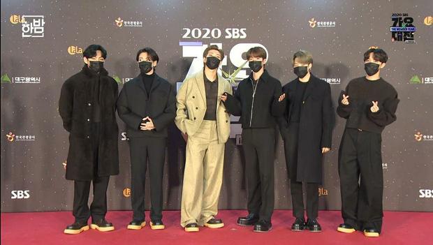 Thấy MC của lễ hội SBS gục ngã sau khi được hát tặng vài câu, BTS lập tức quỳ gối đáp lễ được netizen khen ngợi vì tinh tế - Ảnh 4.