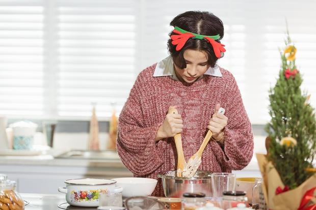 Khi Vũ Cát Tường vào bếp: phong cách nấu ăn siêu ngang ngược, nhìn qua là biết có thù với bếp núc - Ảnh 2.