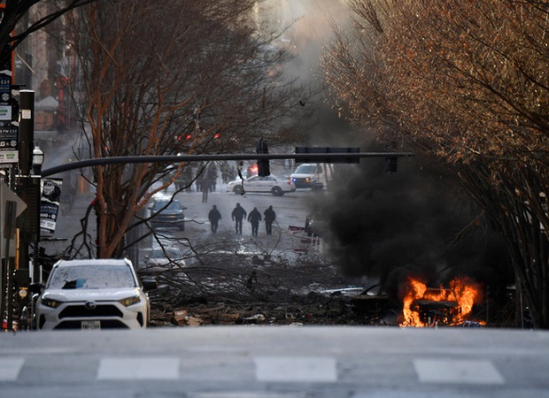Khung cảnh tan hoang đến rợn người ở hiện trường vụ nổ Nashville - Ảnh 1.