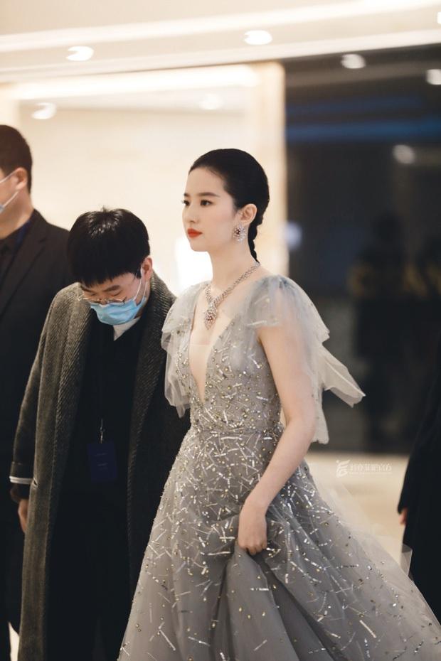 Top 1 Weibo sáng nay: Lưu Diệc Phi gây thất vọng khi lộ hình ảnh tăng cân, còn đâu nhan sắc khuynh thành ngày trước - Ảnh 7.