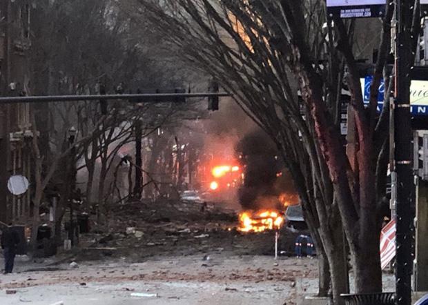 Khung cảnh tan hoang đến rợn người ở hiện trường vụ nổ Nashville - Ảnh 5.