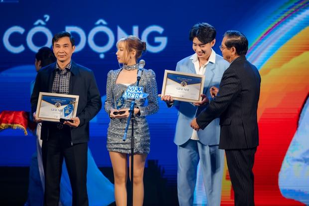 Bộ sậu Khắc Hưng, Min, Erik và Quang Đăng nhận giải thưởng đầy ý nghĩa với Ghen Cô Vy cùng vũ điệu rửa tay nổi tiếng toàn cầu - Ảnh 2.