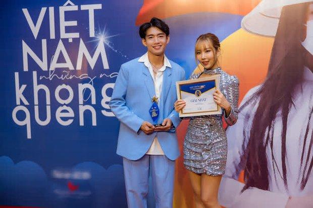 Bộ sậu Khắc Hưng, Min, Erik và Quang Đăng nhận giải thưởng đầy ý nghĩa với Ghen Cô Vy cùng vũ điệu rửa tay nổi tiếng toàn cầu - Ảnh 1.