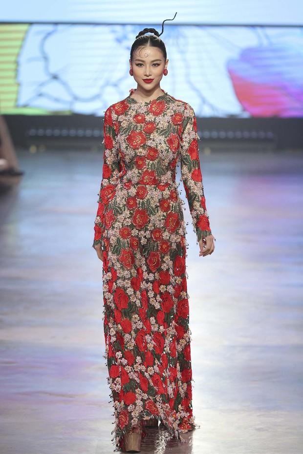 Đêm diễn đầu tiên của VIFF: Tiểu Vy mở màn, Hoa hậu Phương Khánh làm vedette, hot hit còn có dàn giai 6 múi lực lưỡng - Ảnh 2.