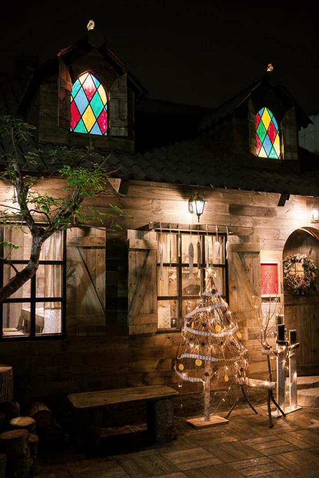 Trai Biên Hoà dựng ngôi nhà gỗ đậm màu cổ tích khiến dân tình đỏ mắt ghen tỵ, nhìn mà cứ ngỡ lạc vào châu Âu thời trung cổ - Ảnh 2.