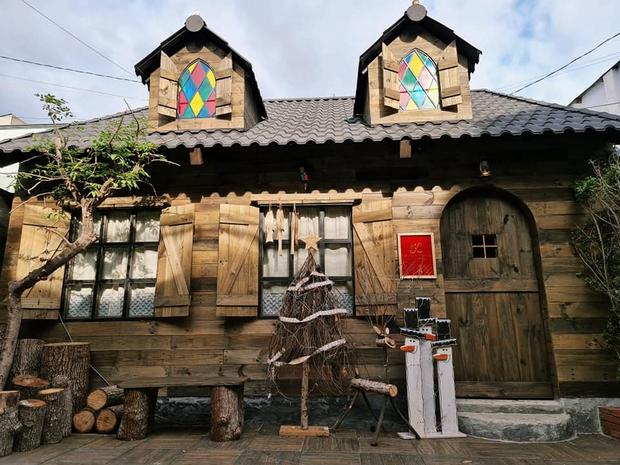 Trai Biên Hoà dựng ngôi nhà gỗ đậm màu cổ tích khiến dân tình đỏ mắt ghen tỵ, nhìn mà cứ ngỡ lạc vào châu Âu thời trung cổ - Ảnh 1.