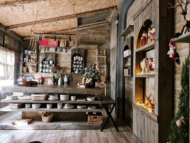 Trai Biên Hoà dựng ngôi nhà gỗ đậm màu cổ tích khiến dân tình đỏ mắt ghen tỵ, nhìn mà cứ ngỡ lạc vào châu Âu thời trung cổ - Ảnh 4.