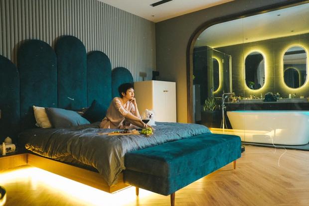 Căn hộ của Bảo Anh: Phòng khách tông xám trầm cá tính, phòng ngủ xanh đậm sang trọng, đẹp như studio - Ảnh 7.