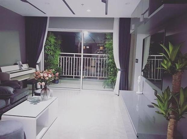 Căn hộ của Bảo Anh: Phòng khách tông xám trầm cá tính, phòng ngủ xanh đậm sang trọng, đẹp như studio - Ảnh 1.