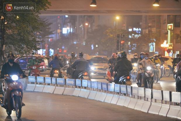 Ảnh: Cận cảnh dòng phương tiện đua nhau đi ngược chiều vượt ngã tư đau khổ bất chấp nguy hiểm - Ảnh 11.