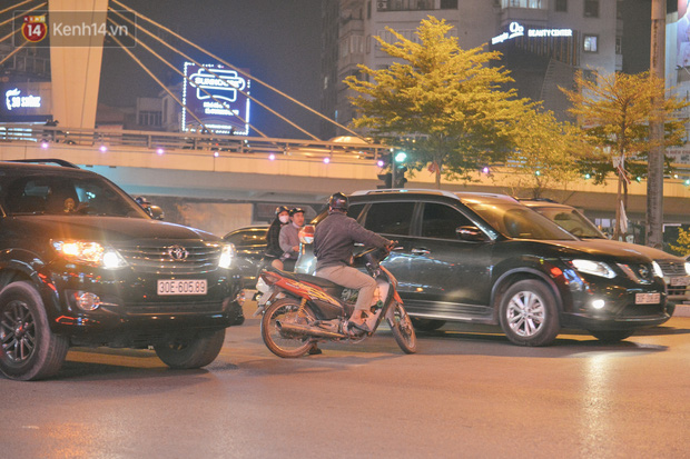 Ảnh: Cận cảnh dòng phương tiện đua nhau đi ngược chiều vượt ngã tư đau khổ bất chấp nguy hiểm - Ảnh 13.