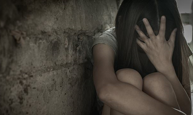 Đang ngủ thì chồng bị 5 người đàn ông bắt trói rồi chứng kiến cảnh vợ bị cưỡng hiếp trong đêm khuya gây chấn động dư luận - Ảnh 1.