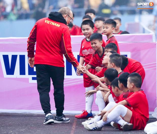 HLV Park Hang-seo cười hiền, gây thương nhớ khi vui đùa cùng fan nhí trên sân Việt Trì - Ảnh 1.