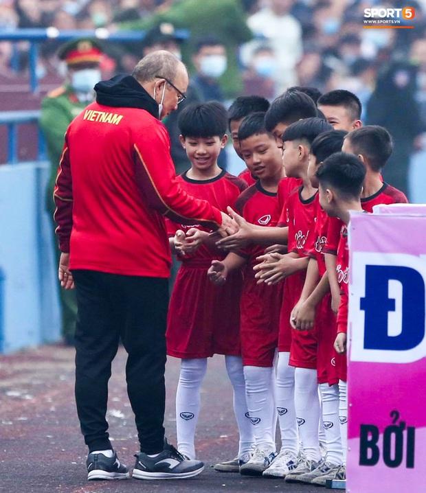 HLV Park Hang-seo cười hiền, gây thương nhớ khi vui đùa cùng fan nhí trên sân Việt Trì - Ảnh 2.
