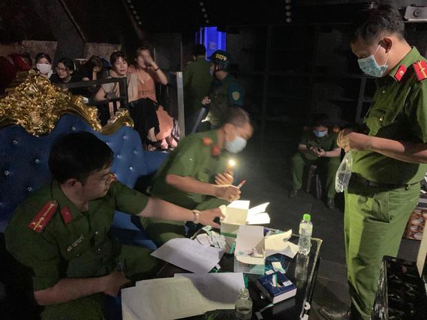Đột kích quán bar ở Bình Dương, phát hiện 55 dân chơi dương tính với ma tuý - Ảnh 2.