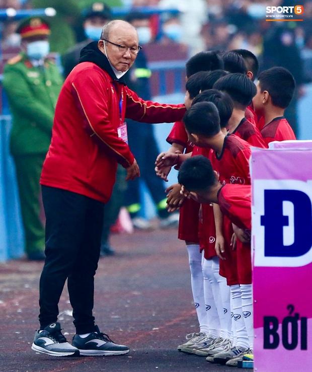 HLV Park Hang-seo cười hiền, gây thương nhớ khi vui đùa cùng fan nhí trên sân Việt Trì - Ảnh 3.