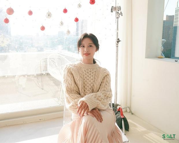 Style của Kim Ji Won trong phim mới: Đơn giản mà siêu xinh tươi lãng mạn, nhìn là muốn học theo bằng hết - Ảnh 2.