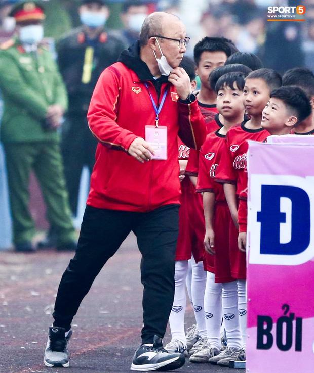 HLV Park Hang-seo cười hiền, gây thương nhớ khi vui đùa cùng fan nhí trên sân Việt Trì - Ảnh 4.
