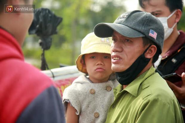 Gặp người cha gầy gò, ôm con nhỏ lang thang bán bọc chân chống xe máy gây xôn xao giữa phố Hà Nội - Ảnh 3.