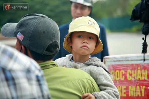 Gặp người cha gầy gò, ôm con nhỏ lang thang bán bọc chân chống xe máy gây xôn xao giữa phố Hà Nội - Ảnh 4.