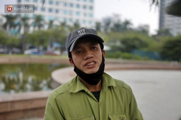 Gặp người cha gầy gò, ôm con nhỏ lang thang bán bọc chân chống xe máy gây xôn xao giữa phố Hà Nội - Ảnh 5.