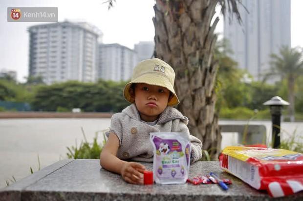 Gặp người cha gầy gò, ôm con nhỏ lang thang bán bọc chân chống xe máy gây xôn xao giữa phố Hà Nội - Ảnh 7.